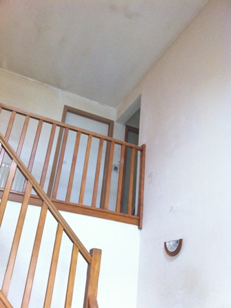 Peinture d 39 un hall d 39 entr e avec vide et vue sur hall de for Idee deco entree avec escalier